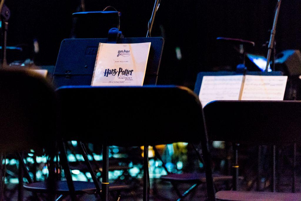Koncert odbył się w niemal całkowitej ciemności. Był ekran z filmem i lampki nad nutami.