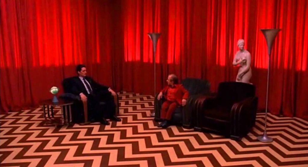 Agent Dale Cooper i karzeł w czerwonym pokoju - kadr z serialu Twin Peaks
