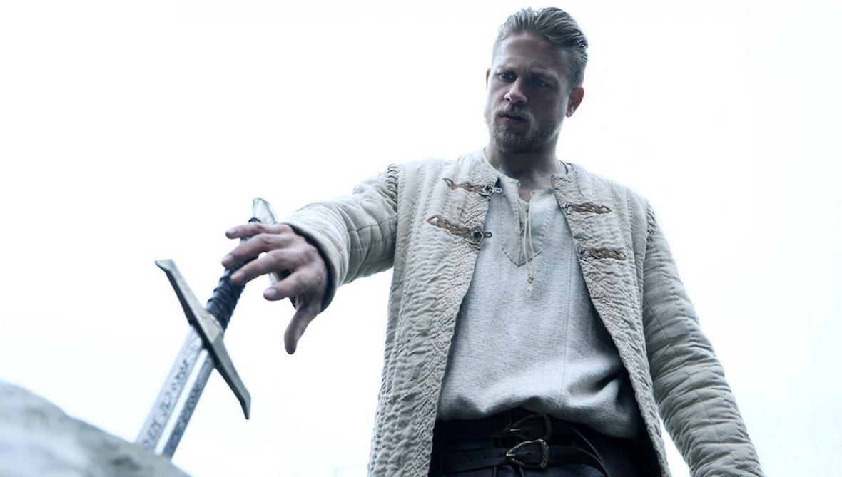 Król Artur: Legenda miecza to uczta dla oka, ale w filmie Guya Ritchiego zabrakło angażującej fabuły