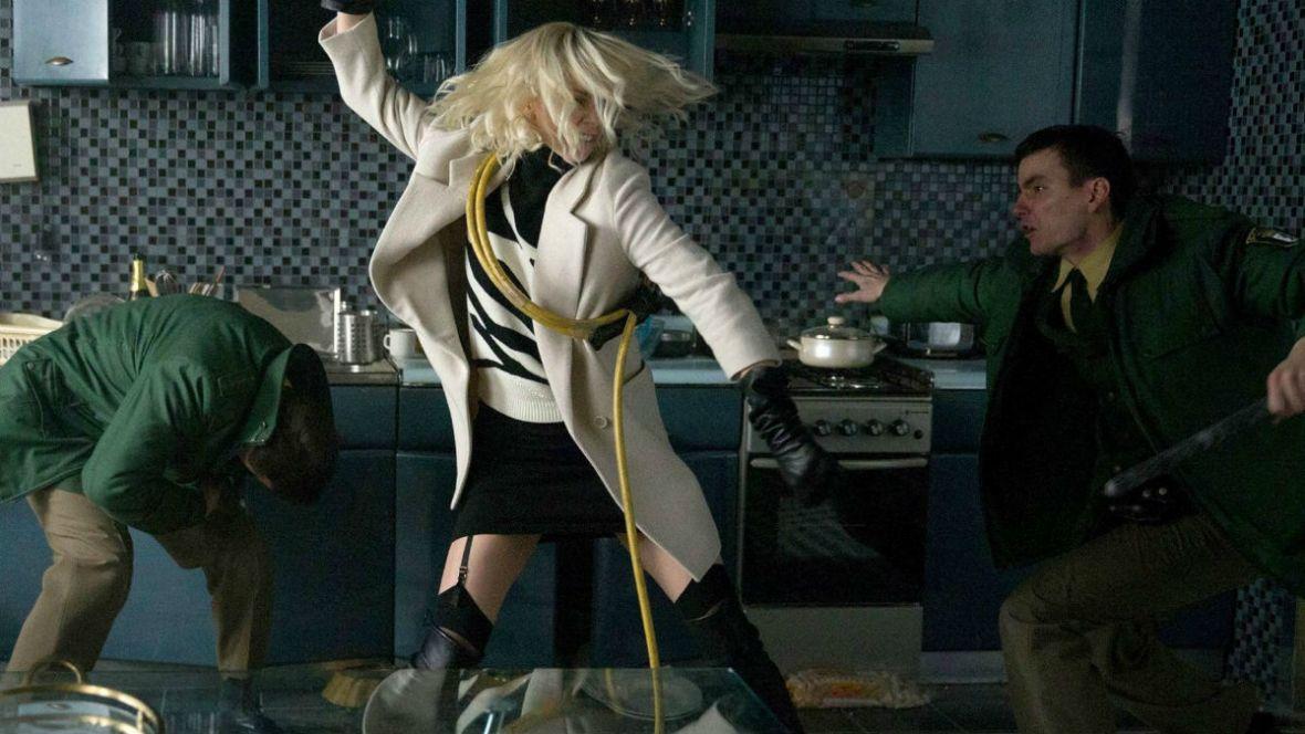 """Te nogi mogłyby mnie kopać codziennie. """"Atomic Blonde"""" – recenzja Spider's Web"""