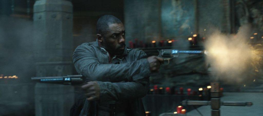Idris Elba jako rewolwerowiec Roland - kadr z filmu Mroczna Wieża
