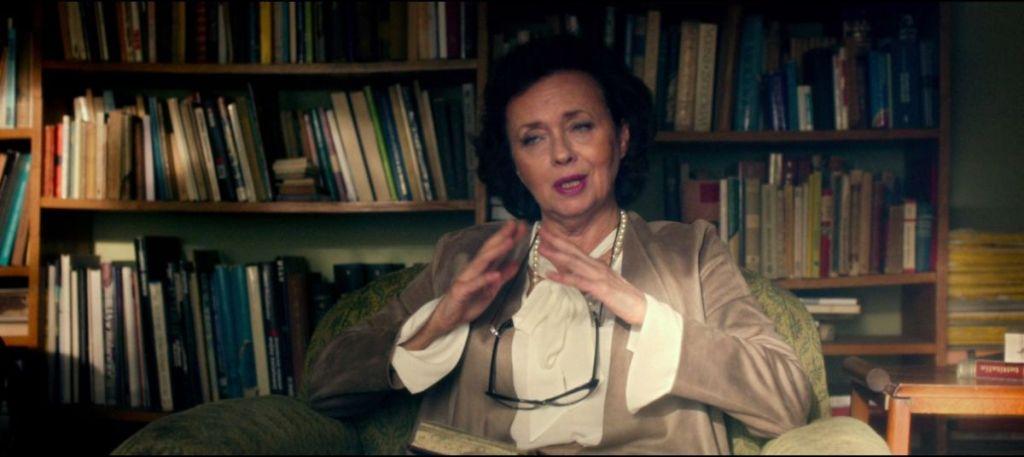Joanna Szczepkowska udzielająca wykładu z historii bohaterom filmu Volta