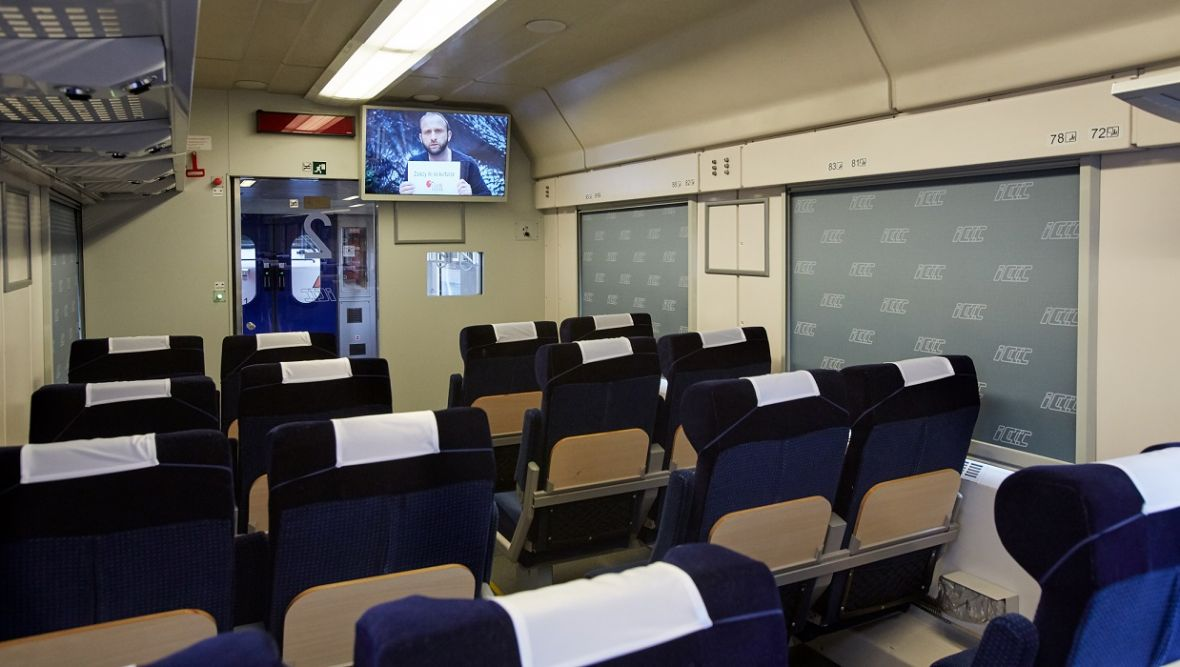 Rusza Kolej na kino z legalnych źródeł. PKP wyświetla filmy w specjalnych wagonach kinowych