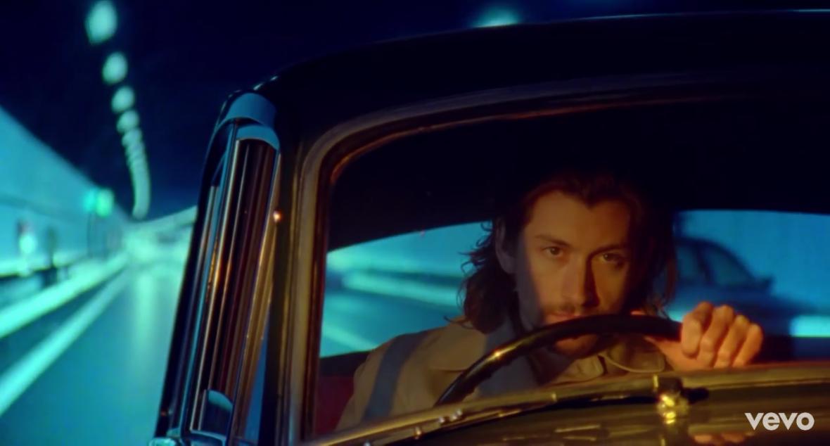 Nowy teledysk Arctic Monkeys jest jak Lśnienie i Mechaniczna pomarańcza w jednym. Zobaczcie Four Out Of Five