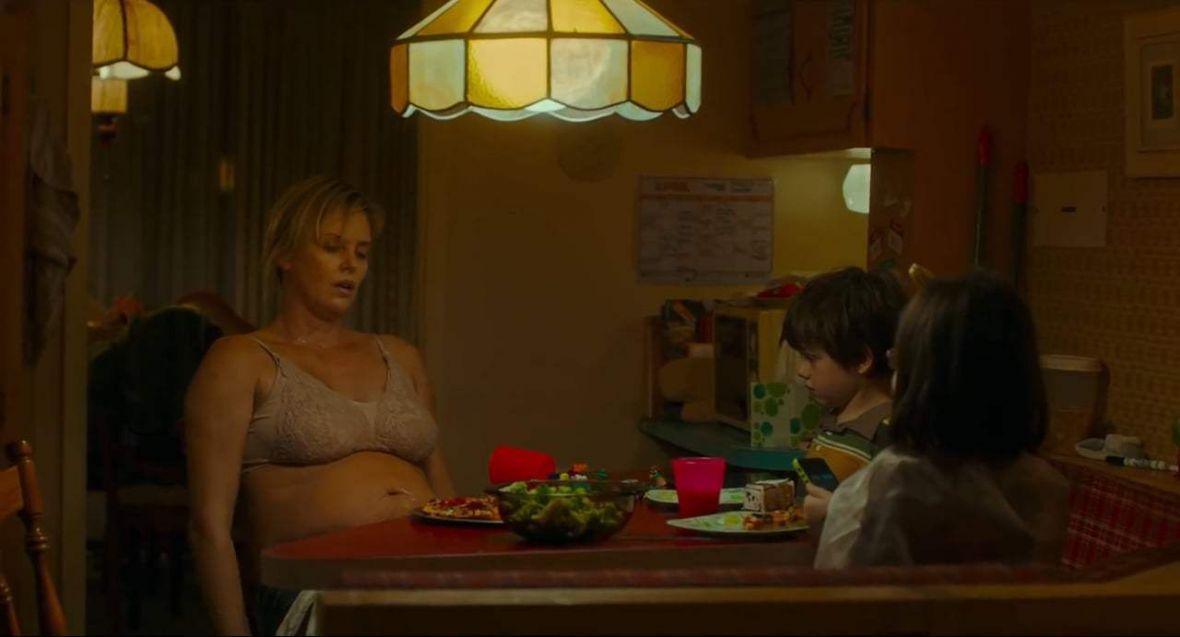 Charlize Theron udowadnia, że bycie matką to prawdziwy superbohaterski wyczyn. Tully – recenzja