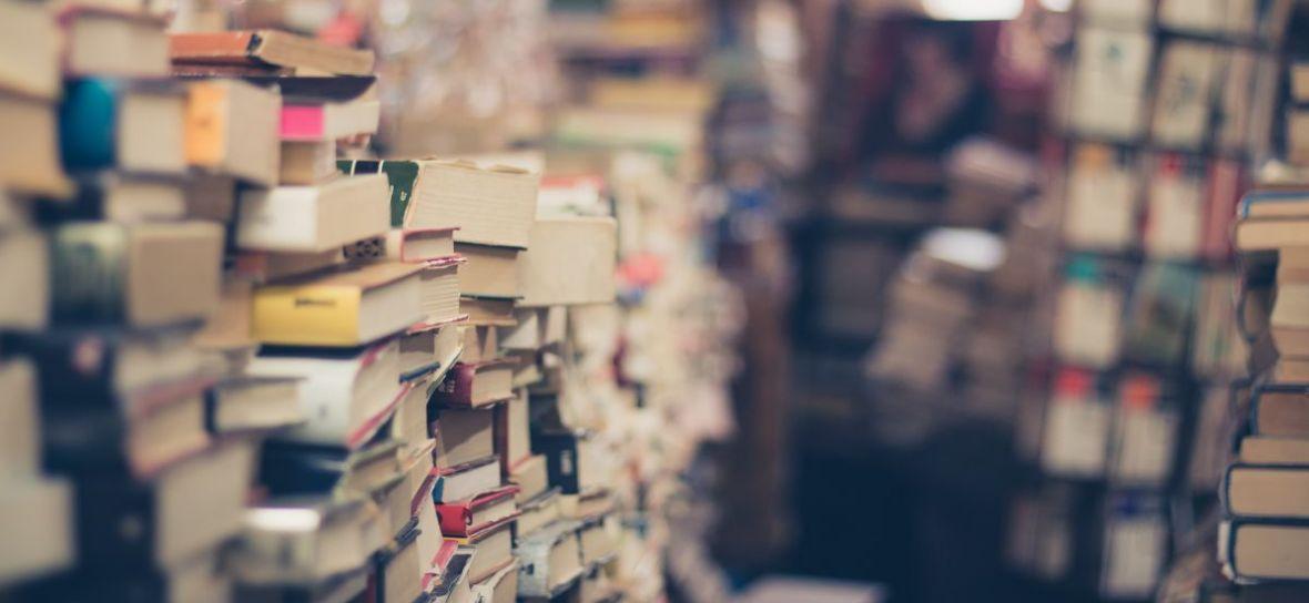 W sam raz na letnie wieczory. W Biedronce kupisz książkę za dychę, do wyboru ponad 60 tytułów
