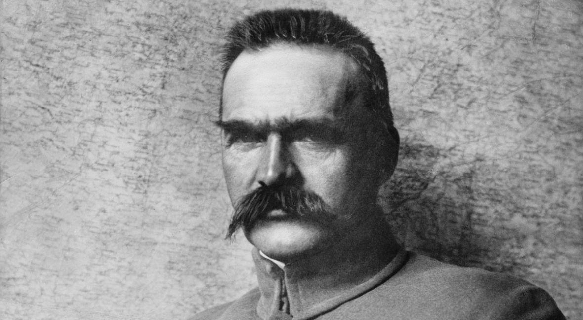 Borys Szyc z gęstą brodą i czupryną. To przygotowania do roli Naczelnika Państwa w filmie Piłsudski