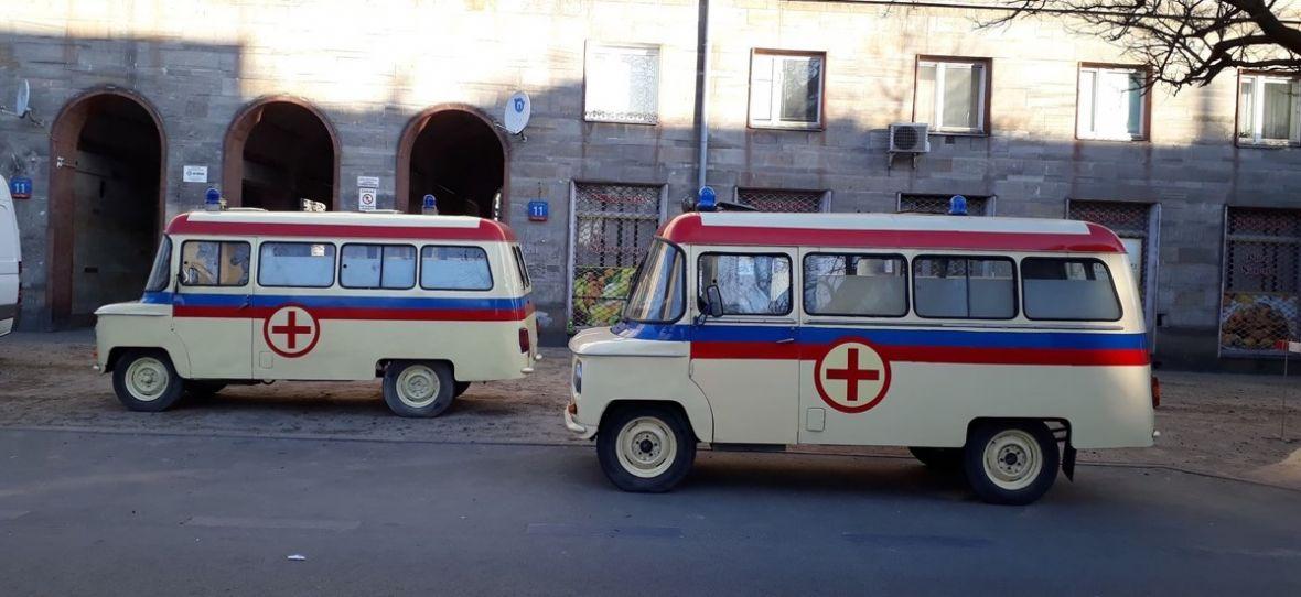Motoryzacja w serialu 1983 pokazuje, jak wyglądałyby polskie ulice, gdyby komuna nie upadła