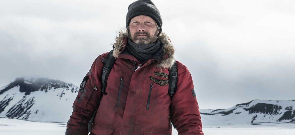 """Mads Mikkelsen w debiutanckim filmie znanego youtubera. """"Arktyka"""" zmrozi wam krew w żyłach – recenzja"""