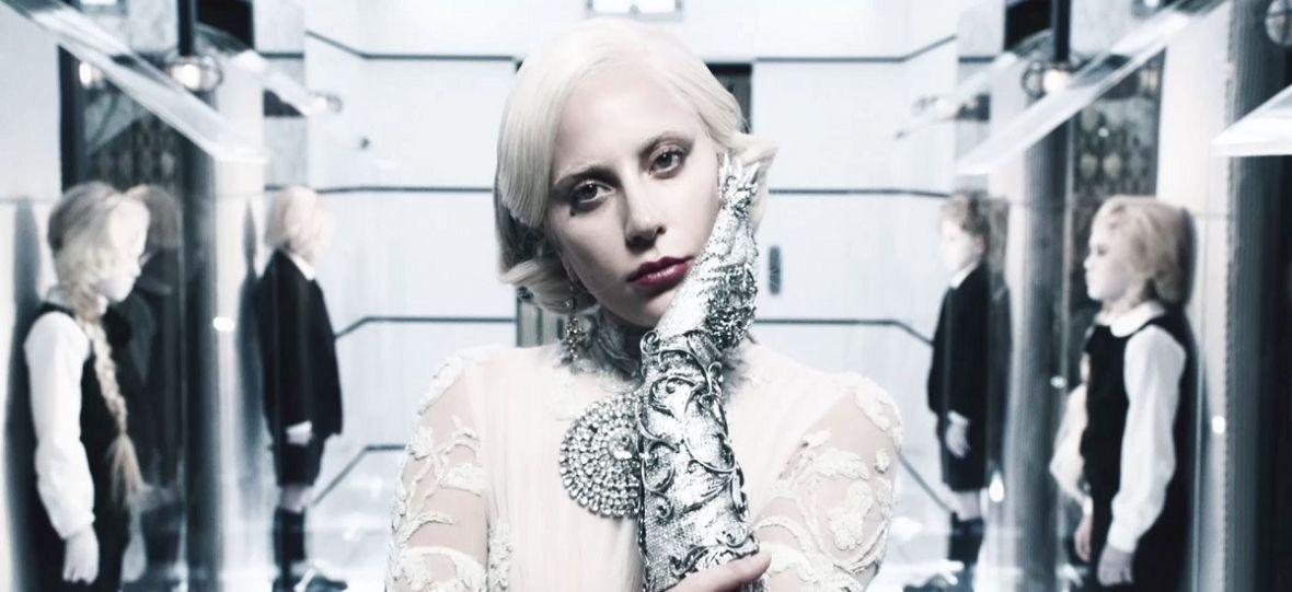 Gwiazdy odsuwają się od oskarżonego o wykorzystywanie kobiet R. Kelly'ego. Lady Gaga przeprosiła za piosenkę