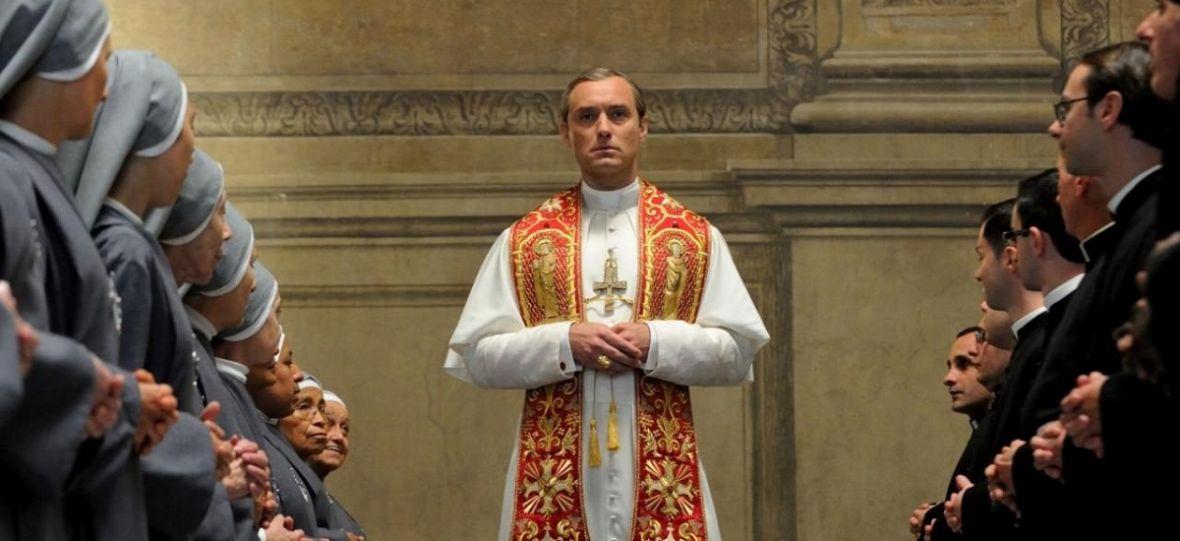 """Jude Law i John Malkovich w papieskich szatach. Co już wiemy o serialu """"The New Pope""""?"""