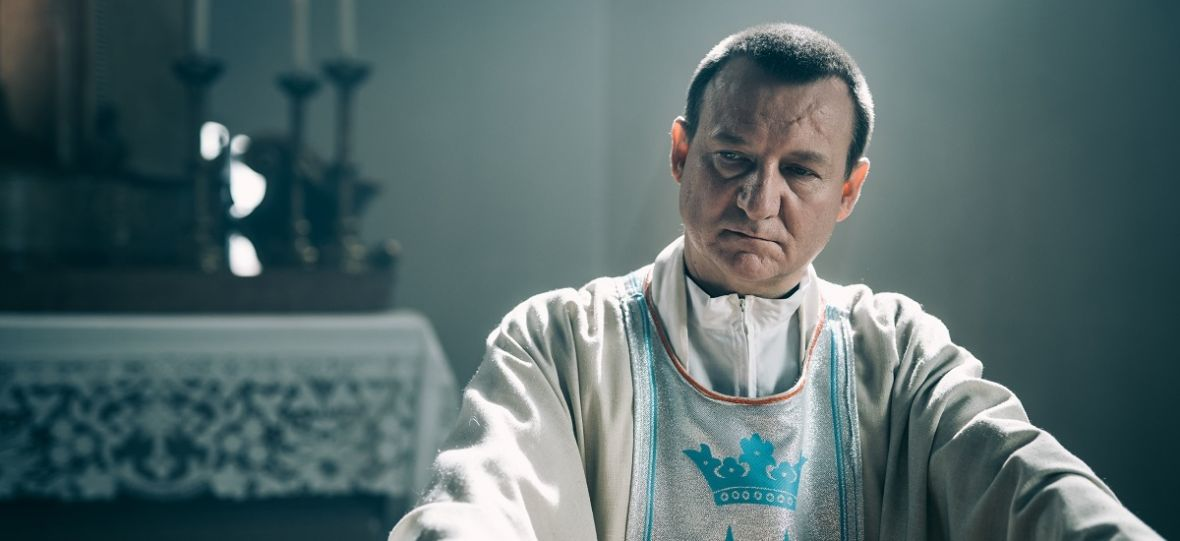 """Najgłośniejszy polski film 2018 roku jest już dostępny w serwisach VOD. Sprawdź, gdzie obejrzeć """"Kler"""""""