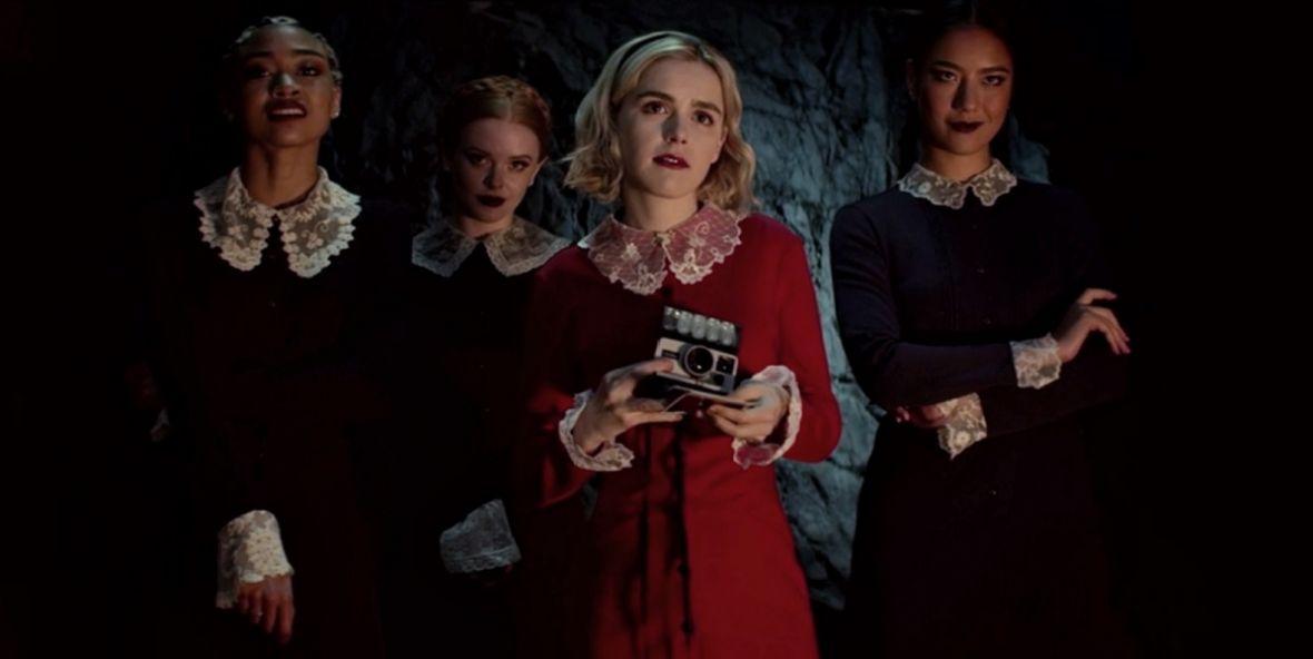 """Nastoletnia czarownica już w kwietniu rzuci na was urok na Netfliksie. Są zdjęcia z 2. sezonu """"Chilling Adventures of Sabrina"""""""
