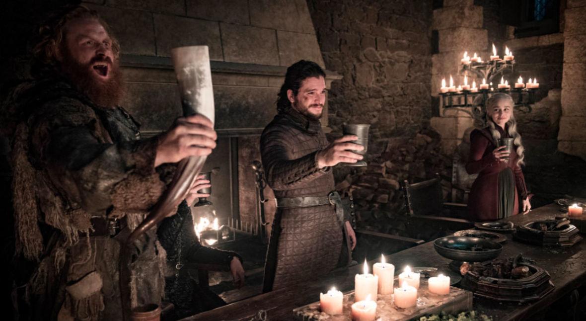 """Kubek znika z biesiadnego stołu. HBO kasuje niechcianego gościa z 4. odcinka """"Gry o Tron"""""""