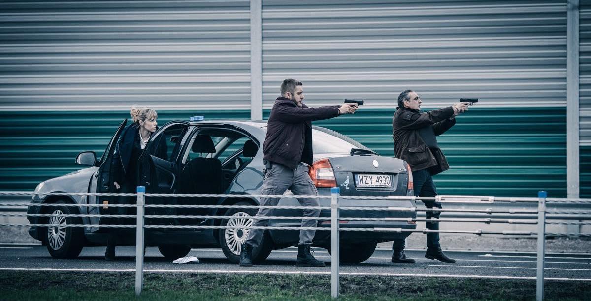 Kadr z serialu Zasada Przyjemności - akcja na autostradzie