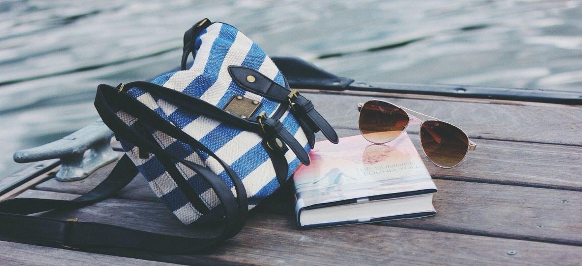 Nie wyobrażasz sobie wakacji bez książki? Polecamy tytuły, które sprawdzą się jako wakacyjna lektura