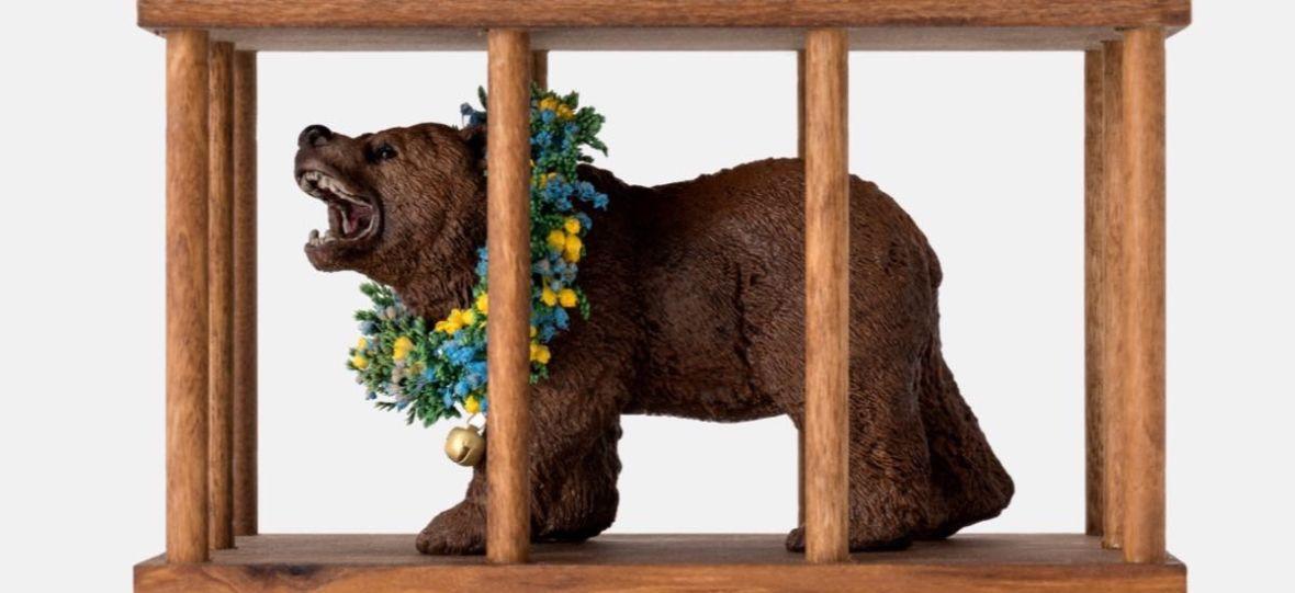 """Niedźwiedź w klatce to idealna zabawka dla fanów filmu """"Midsommar. W biały dzień"""""""