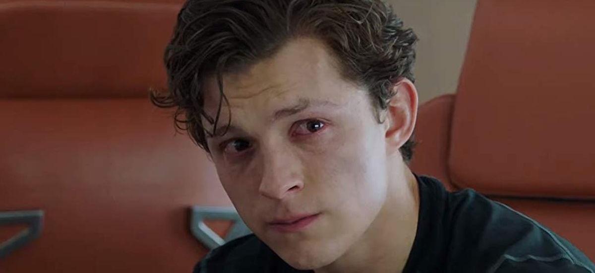 """Peter Parker płacze nad losem Spider-Mana w MCU. Kadr z """"Spider-Man: Daleko od domu"""""""