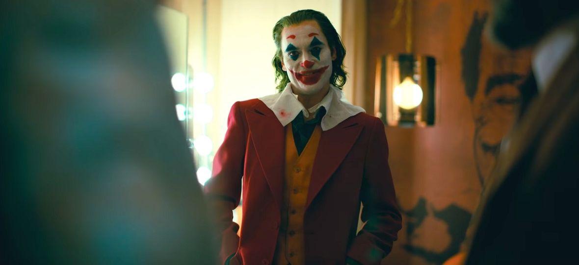 """Wyciekła mocna i brutalna scena z """"Jokera"""". Joaquin Phoenix i Robert De Niro dają popis aktorstwa"""