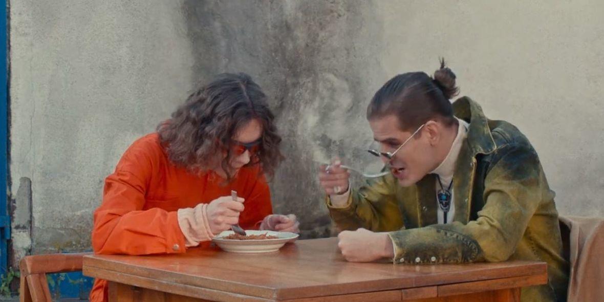 """Taco Hemingway, Schafter i """"bigos"""", czyli nowy utwór raperskiego duetu"""