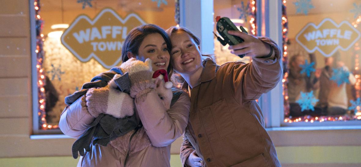 """""""W śnieżną noc"""" wprowadzi was w świąteczny nastrój, ale nie oddaje mocy książek Johna Greena. Oceniamy film Netflix Original"""