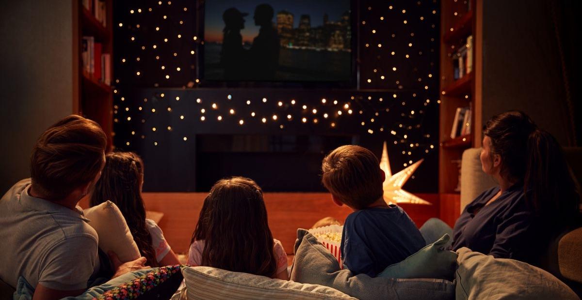Rodzina przed telewizorem - świąteczny binge-watching