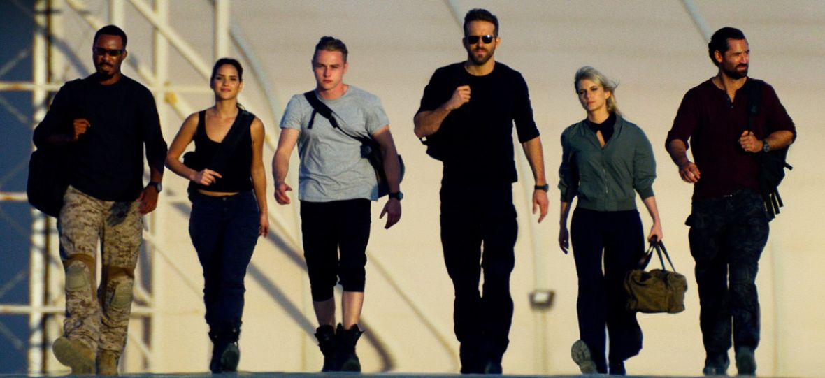 """Ryan Reynolds ratuje piątek. Na Netfliksie możecie już obejrzeć """"6 Underground"""""""