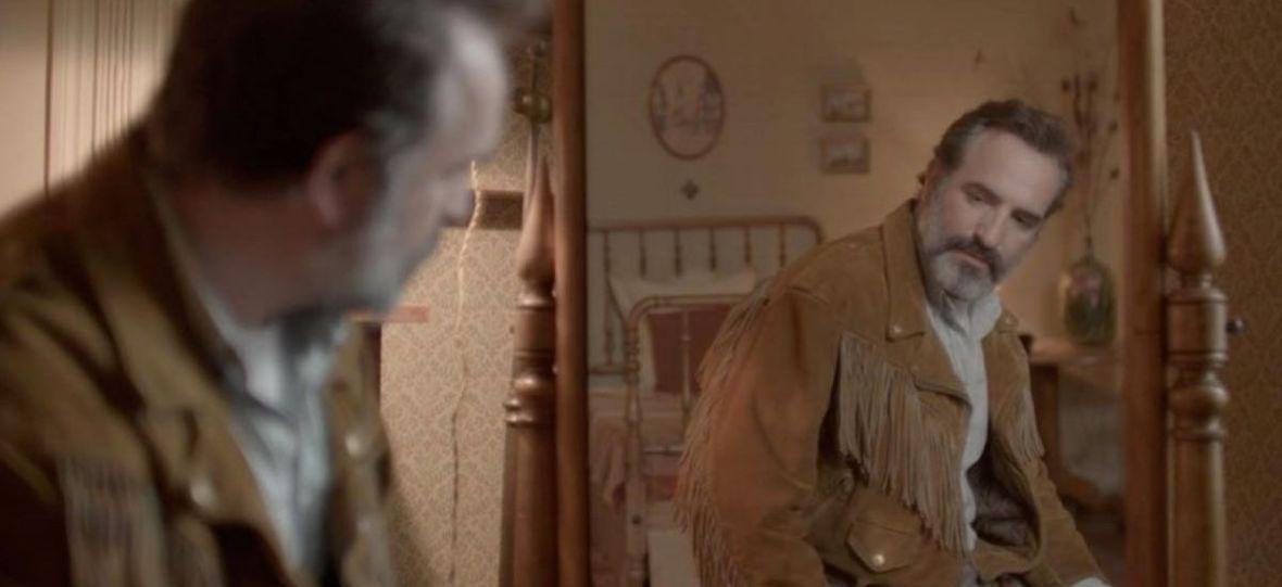 """""""Deerskin"""", czyli o miłości do skórzanej kurtki. Oceniamy nowy film reżysera """"Morderczej opony"""""""