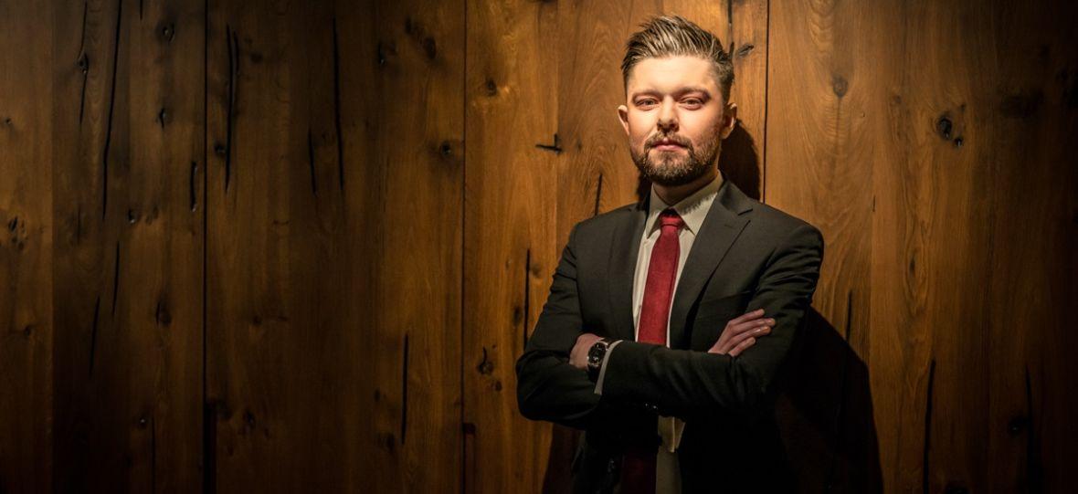"""Remigiusz Mróz o współpracy przy serialu """"Chyłka – Kasacja"""", propozycji z Hollywood i nowej książce – wywiad"""