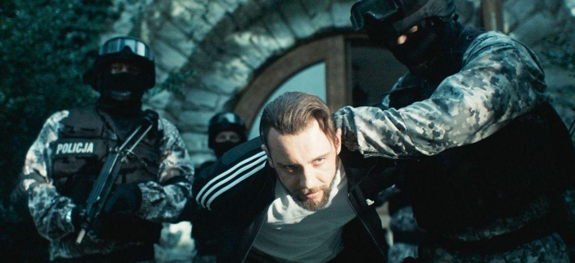 """""""Jak zostałem gangsterem"""" to film zdecydowanie lepszy niż kino Patryka Vegi. Ale i tak to reżyser jest odpowiedzialny za jego porażkę"""