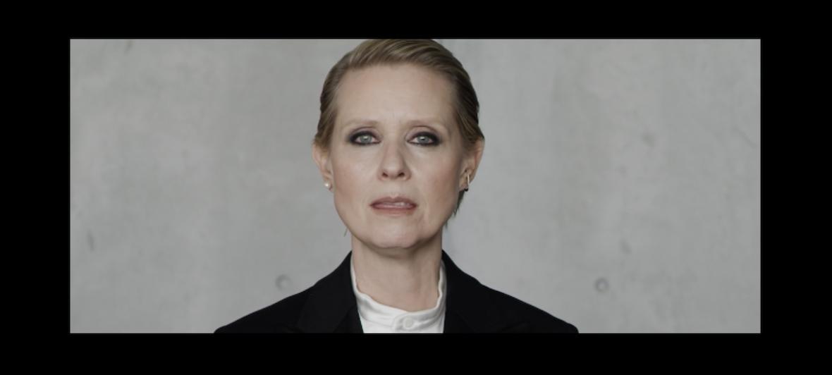 """Bądź damą, bądź kobietą, bądź sobą. Tylko co to właściwie znaczy? Mocny przekaz w wideo """"Be a Lady They Said"""" z Cynthią Nixon"""