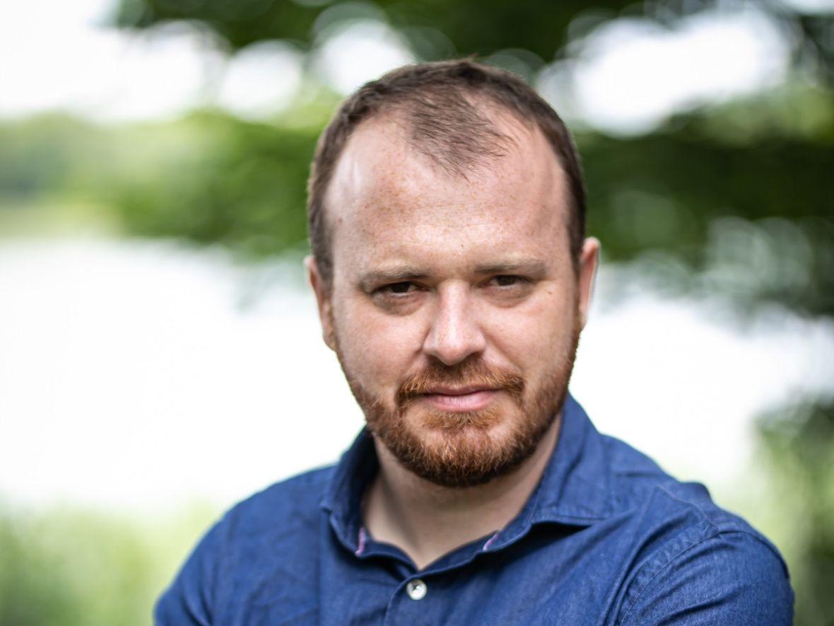 """Wojciech Chmielarz ogłosił, że """"Prosta sprawa"""" stała się serialem audio. Odcinki za darmo do odsłuchania w aplikacji Audioteki"""