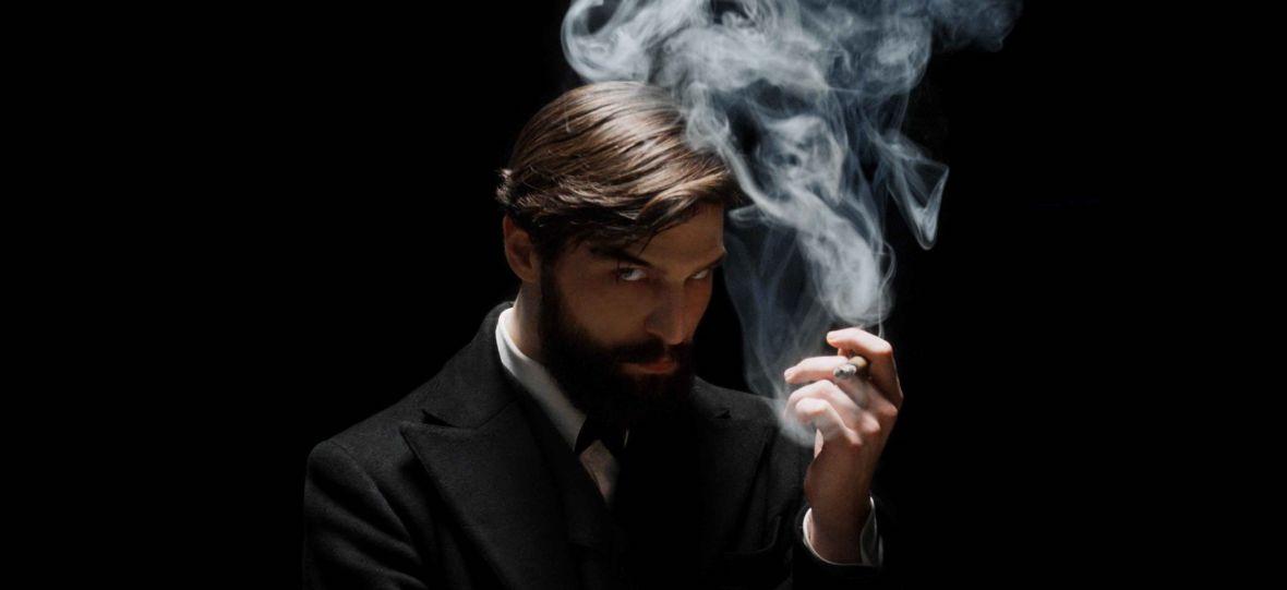 """Hipnoza, brutalne morderstwa i spisek na życie cesarza. """"Freud"""" serwisu Netflix to czysta rozrywka"""