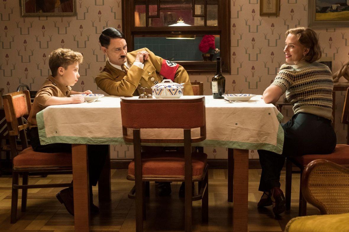 """Dziś premiera VOD filmu """"Jojo Rabbit"""", w którym Taika Waititi wciela się w Adolfa Hitlera"""