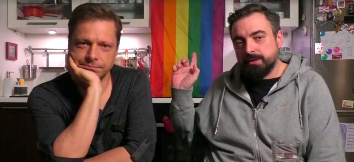 """""""Zabawa w chowanego"""" z homofobicznym fragmentem. Pisarz Jacek Dehnel atakuje film Sekielskich"""