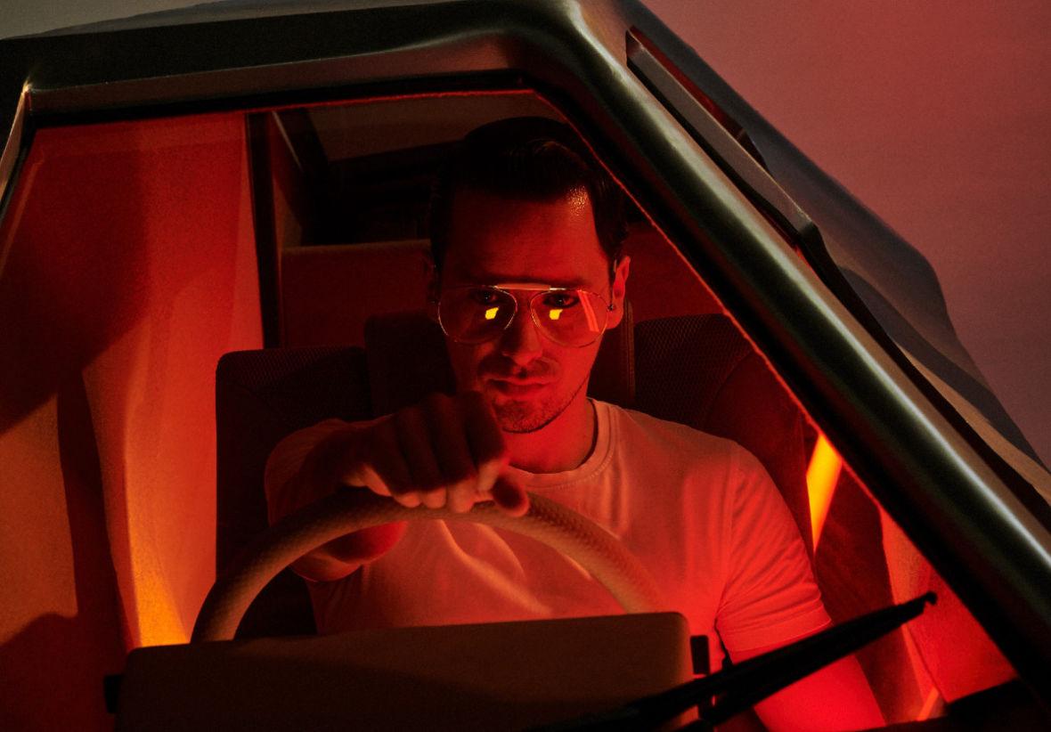 """Krzysztof Zalewski niczym Ryan Gosling w """"Drive"""". Muzyk pokazał nowy singiel i klip"""