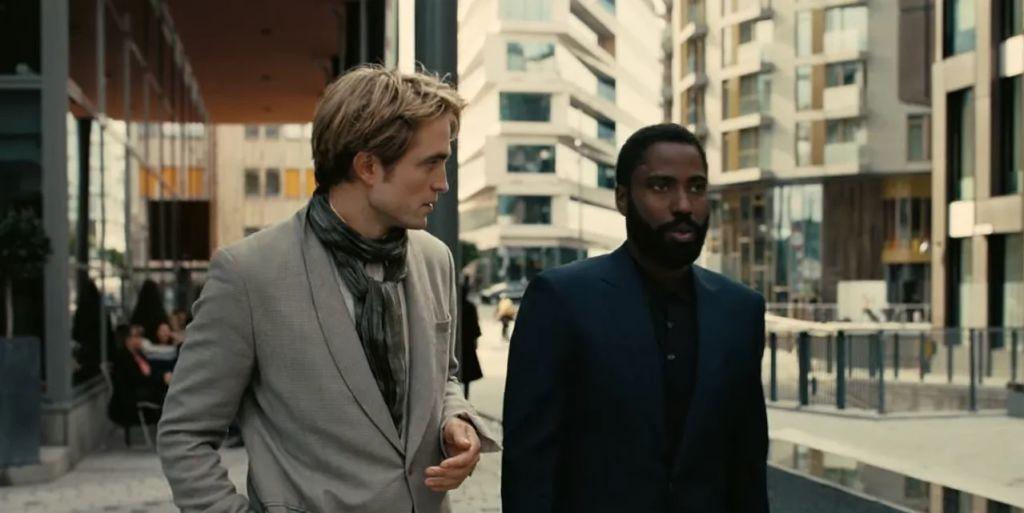 Robert Pattinson i John David Washington w filmie Tenet