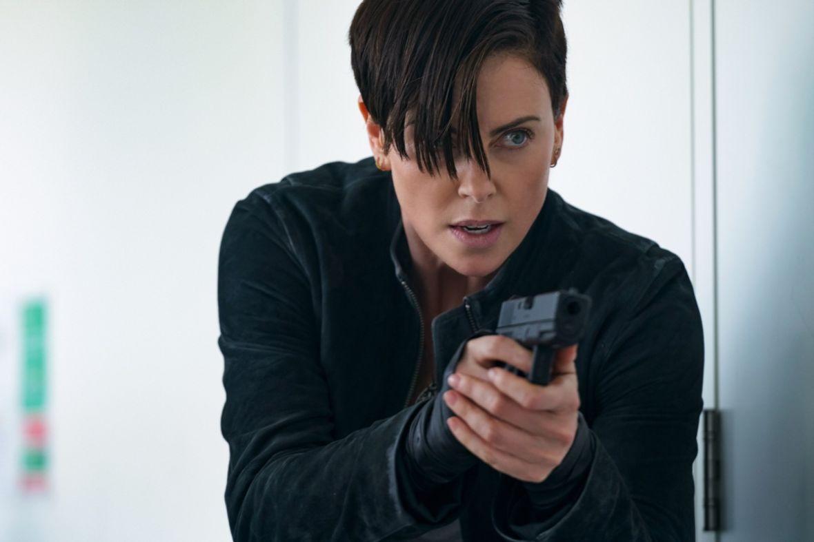 """Charlize Theron uwodzi jako nieśmiertelna wojowniczka w """"The Old Guard"""". Oceniamy nowy film Netfliksa"""