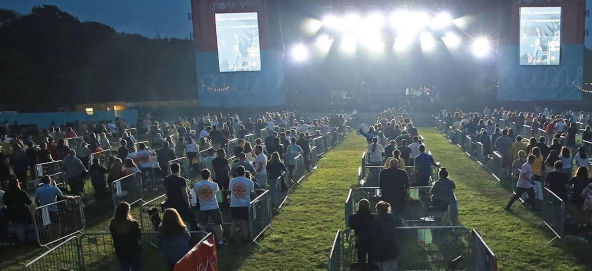 Zdjęcie dnia: Każdy ogrodzony płotkiem, zero dotykania i zdalne zamawianie napojów. Tak teraz będą wyglądały koncerty?