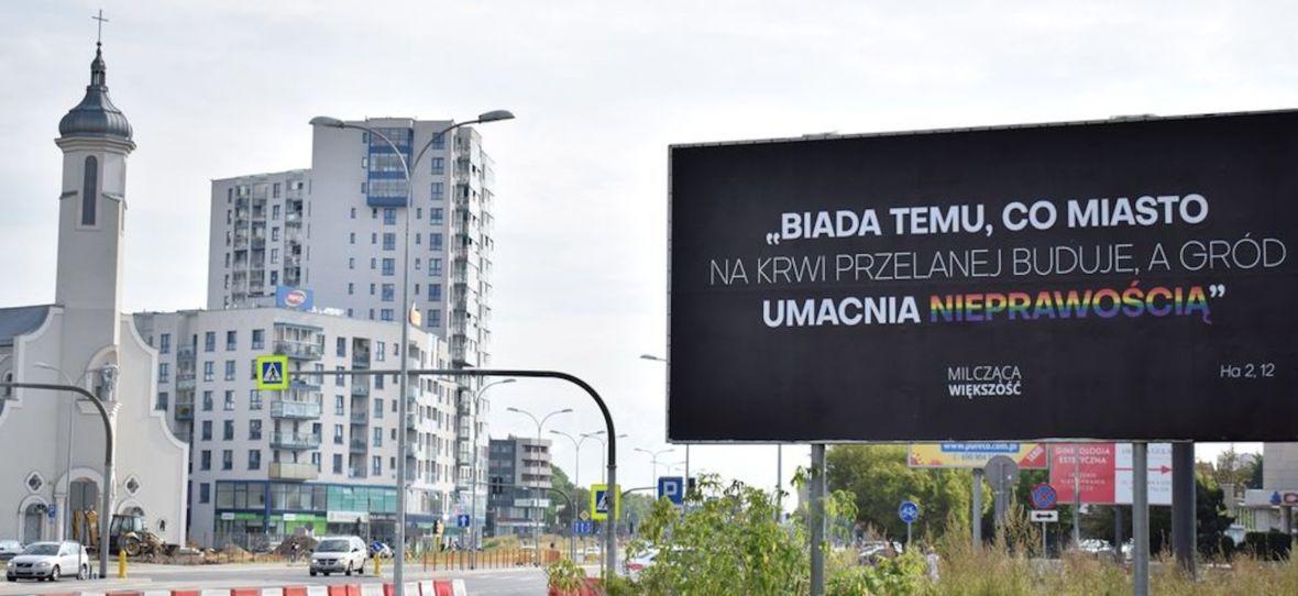 Trzy billboardy za Wisłą, Polska. Czas powiedziećto na głos: naszą przestrzeń publiczną ogarnęła wojna