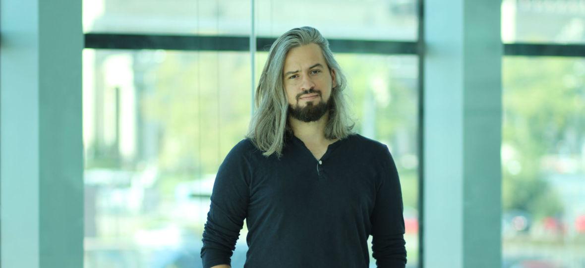 """Nikt w Polsce nie pisze z taką pasją o nowych technologiach jak Jakub Szamałek. Czytaliśmy już """"Gdziekolwiek spojrzysz"""""""