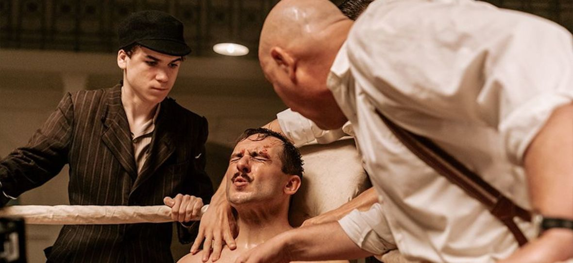 """Szczepan Twardoch zagra w ekranizacji własnej powieści. Canal+ pokazał zdjęcie z serialu """"Król"""""""