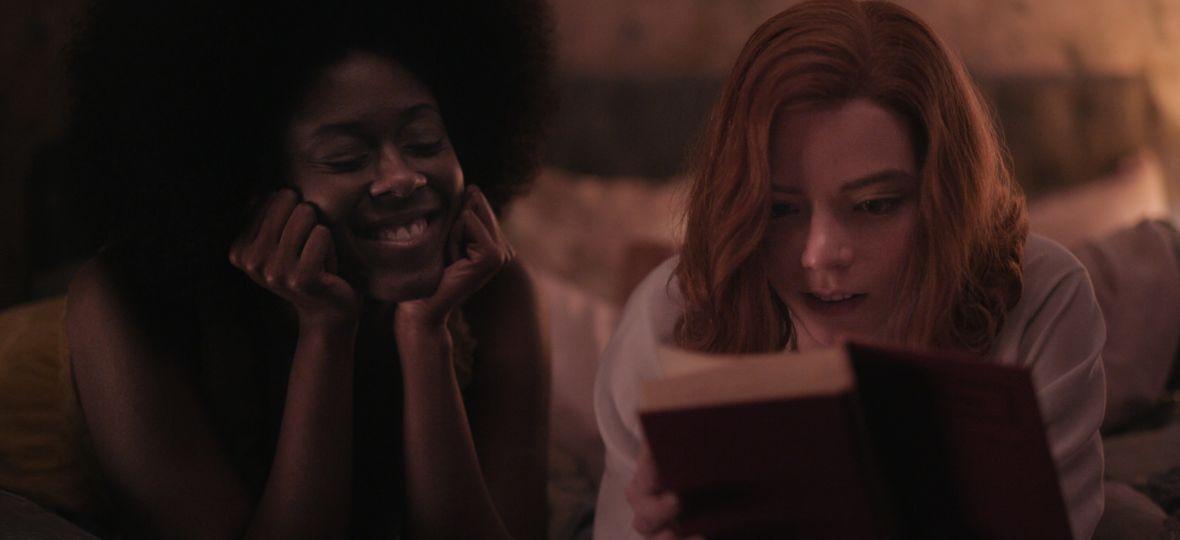 """Obejrzałeś """"Gambit królowej"""" i nie wiesz, czy sięgnąć po książkę? Sprawdziliśmy, czym różnią się powieść i serial"""