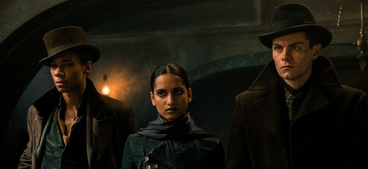 """Netflix ujawnił datę premiery nowego serialu fantasy """"Cień i kość"""". Są pierwsze zdjęcia z produkcji"""