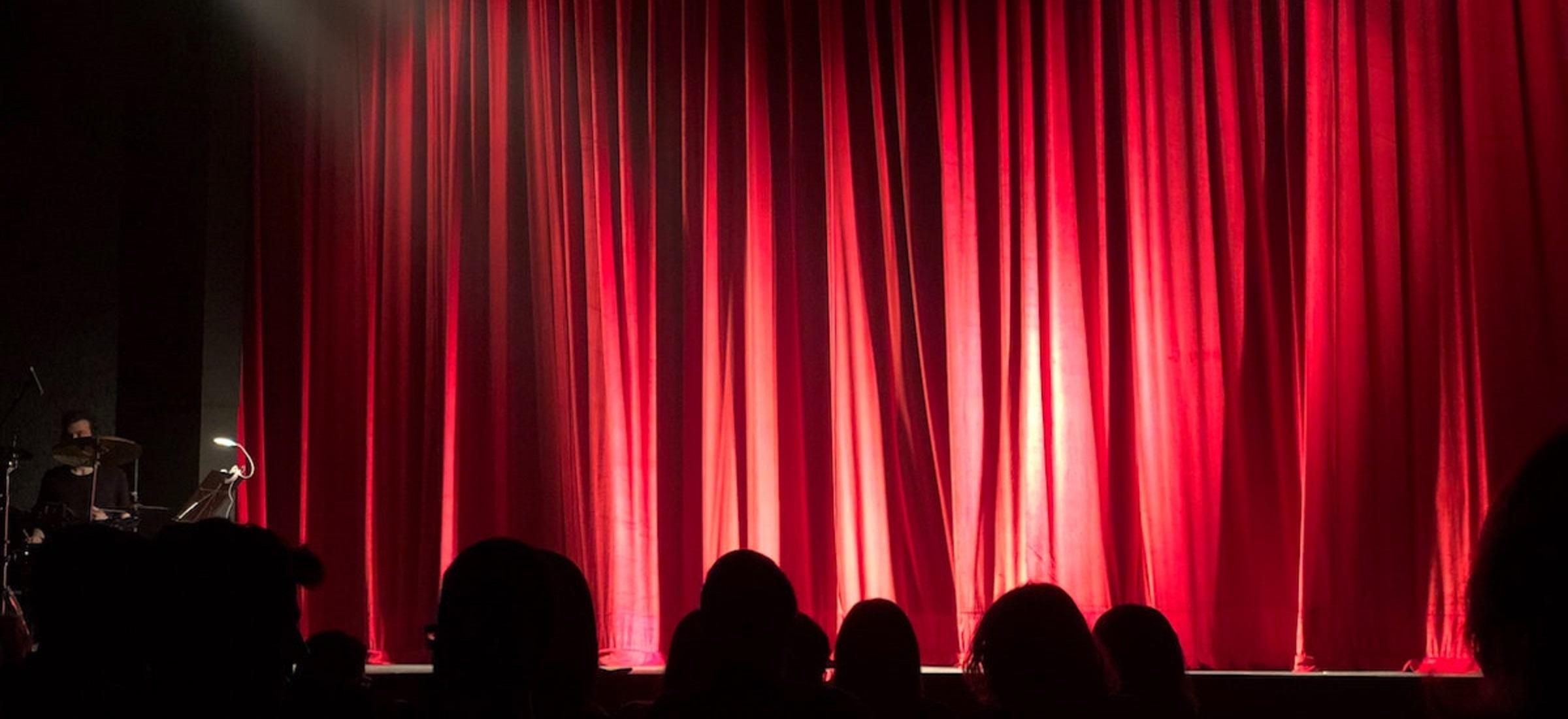 """Studentki oskarżają Pawła Passiniego o molestowanie i przemoc. Reżyser teatralny odpowiada: """"pracuję z nagością na scenie"""""""