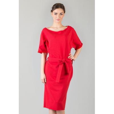 Czerwona dzianinowa prosta sukienka za kolano z wiązanym paskiem