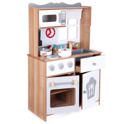 Drewniana kuchnia w stylu skandynawskim, akcesoria do gotowania w zestawie