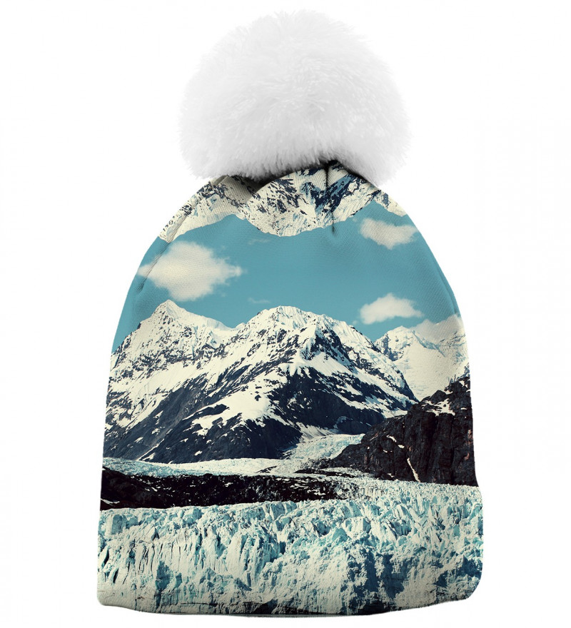 czapka z motywem gór zimą