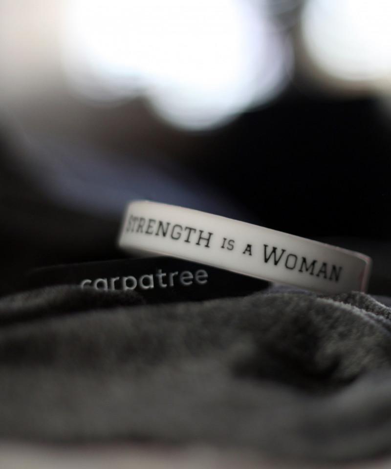 Weißes Handgelenkband Strength is a woman 3