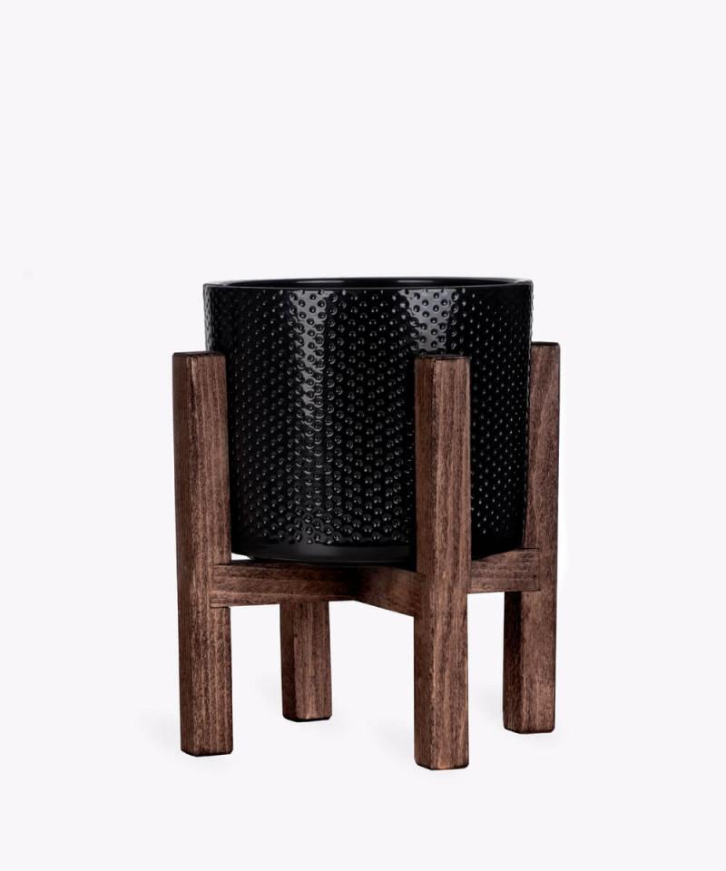 Stojak drewniany w kolorze brązowym z czarną doniczką